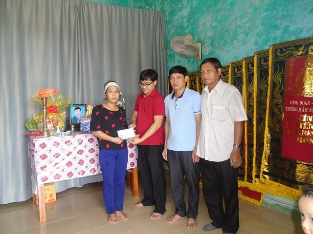 PV Dân trí trao quà cho gia đình nạn nhân Bùi Văn Sự
