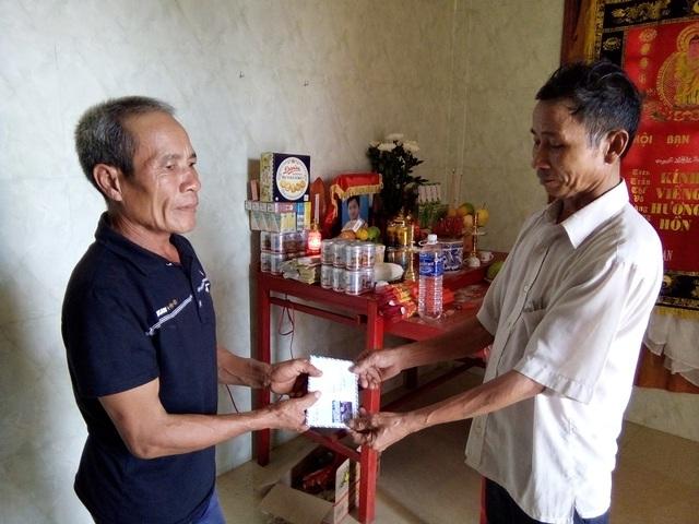 Trao quà của Báo Dân trí đến gia đình nạn nhân Dương Văn Thế (SN 2000), tại thôn 3, xã Đồng Trạch, huyện Bố Trạch, em Thế bị nước cuốn trôi khi đang cùng bố đi đánh cá