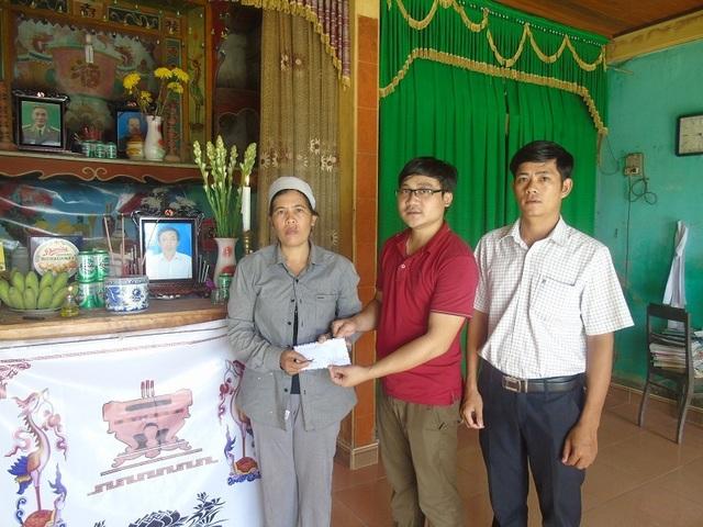 Chia sẻ và trao tiền hỗ trợ đến gia đình nạn nhân Hoàng Thanh Hải