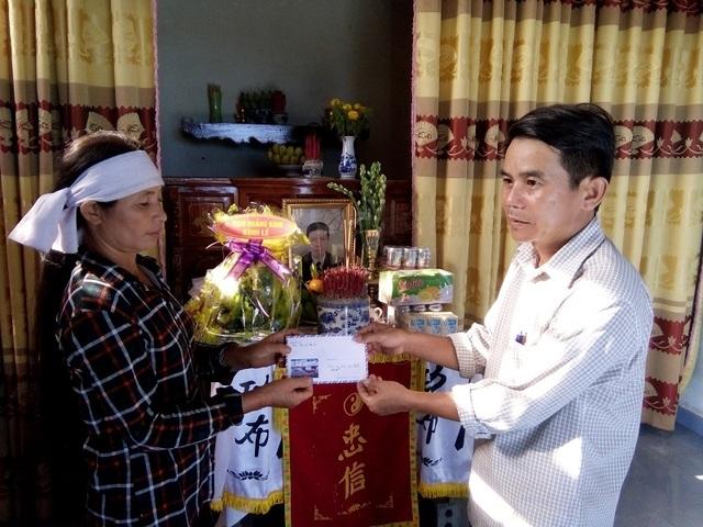PV Dân trí cùng chính quyền địa phương thăm hỏi và trao tiền hỗ trợ tới gia đình nạn nhân Lê Văn Thân (SN 1968), tại thôn 7, xã Lý Trạch, ông Thân đã không may bị sét đánh tử vong