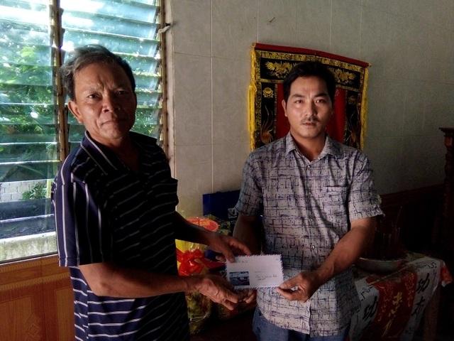 Chính quyền địa phương trao tiền của Báo Dân trí hỗ trợ tới gia đình em Phạm Hoàng Thương (SN 2007), tại TK9, thị Trấn Hoàn Lão, huyện Bố Trạch
