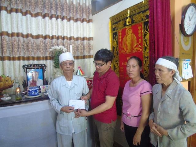 Trao tiền hỗ trợ đến gia đình nạn nhân Hoàng Thị Mai, tại thị trấn Kiến Giang, huyện Lệ Thủy, nước lũ lên cao đã khiến chị Mai bị cuốn trôi ngay tại nhà mình. Hiện con của chị Mai đang học lớp 1 và sống cùng ông bà ngoại, cuộc sống vô cùng khó khăn
