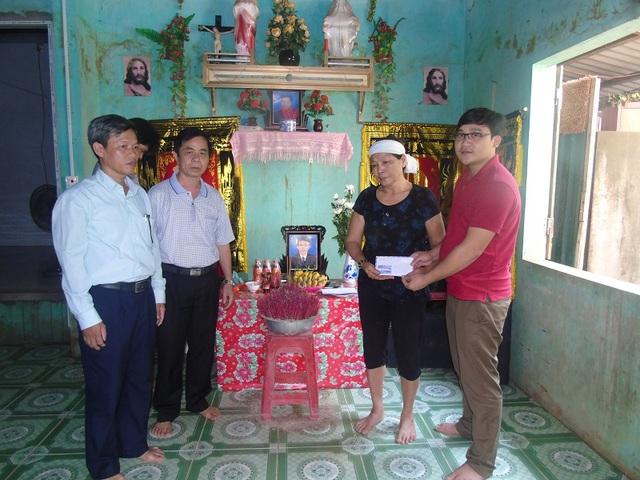 PV Dân trí cùng chính quyền địa phương huyện Tuyên Hoá và xã Tiến Hoá trao quà hỗ trợ gia đình nạn nhân Cao Văn Hưng (SN 1976, trú tại thôn Chợ Cuồi, xã Tiến Hoá, huyện Tuyên Hoá.
