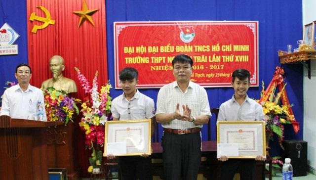 Sở GD-ĐT Quảng Bình vừa ken thưởng cho 2 em học sinh là Hồ Văn Thành, học sinh lớp 12A6 và Hồ Văn Đức, học sinh lớp 11A5, Trường THPT Nguyễn Trãi, huyện Bố Trạch vì đã dũng cảm cứu người trong lũ (Ảnh: Báo Q.B).