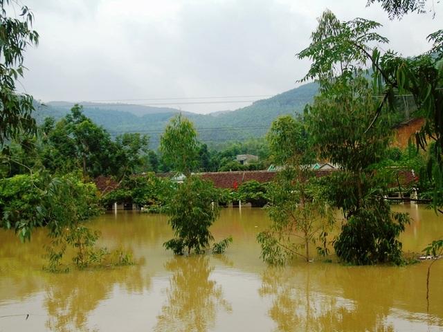 Nhiều trường học tại xã Cảnh Hóa, huyện Quảng Trạch bị ngập sâu trong nước