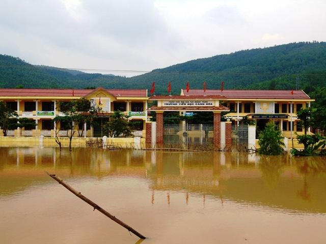 Do phải nghỉ học vì mưa lũ, nhiều trường tại Quảng Bình đã bị chậm chương trình. (Ảnh Tiến Thành)