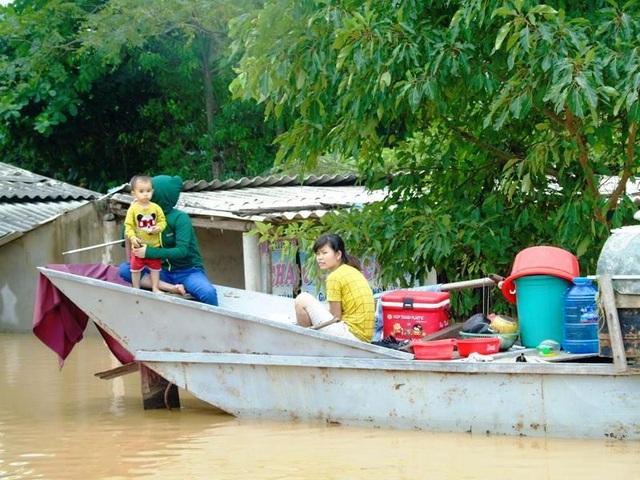 Một gia đình ở thôn Thanh Tiến, xã Tiến Hóa, huyện Tuyên Hoá phải dùng thuyền để vận chuyển đồ chạy lũ.