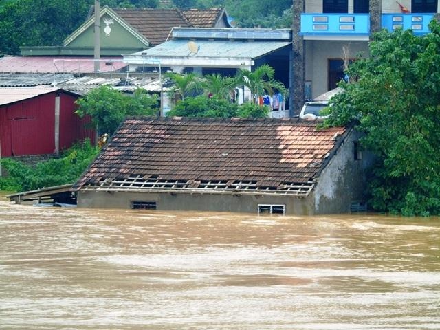 Hàng ngàn ngôi nhà sống dọc hai bên sông Gianh thuộc huyện Tuyên Hoá, Quảng Trạch và thị xã Ba Đồn đang chìm trong biển nước