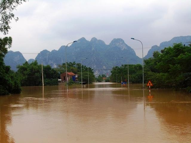 Nhiều con đường vào các xã này hiện đang bị chia cắt, có nơi nước ngập gần 2 mét