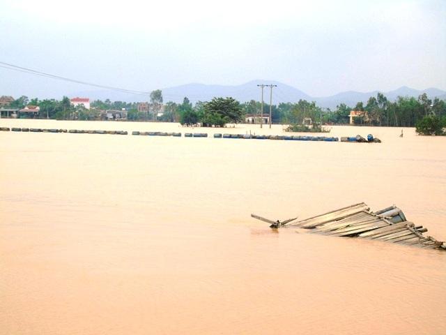 Thôn Thuận Hòa, xã Quảng Trường, huyện Quảng Trạch vẫn bị cô lập vì nước lũ cuốn trôi mất cầu phao