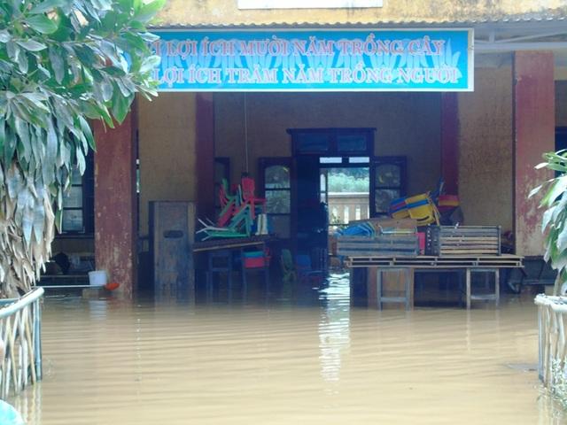 Nhiều trường học tại Quảng Bình ngập sâu trong nước, thiết bị hư hỏng. (Ảnh Tiến Thành)