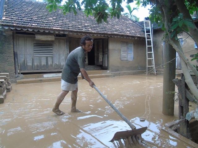Nhà cửa, đồ đạc của người dân bị bùn đất phủ lấp