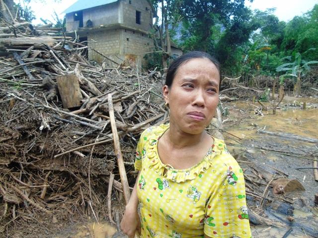 Chị Nguyễn Thị Thủy rơi những giọt nước mắt vì cực khổ do thiên tai.