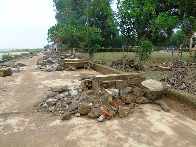 Bờ rào Trường THCS Phù Hóa đổ sập