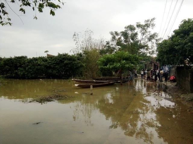Đến ngày hôm qua, 4/11, thôn Vinh Quang, xã Sơn Thủy, huyện Lệ Thủy vẫn còn bị cô lập trong nước lũ