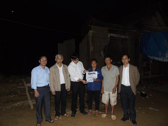 PV Dân trí cùng lãnh đạo chính quyền địa phương trao 6.470.000 đồng của bạn đọc tới gia đình anh Phan Đình Du