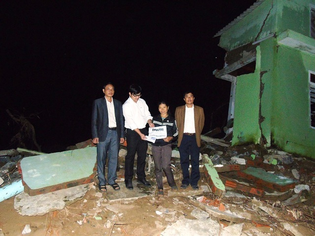 Chị Nguyễn Thị Thành nhận 6.470.000 đồng do bạn đọc Báo Dân trí gửi giúp