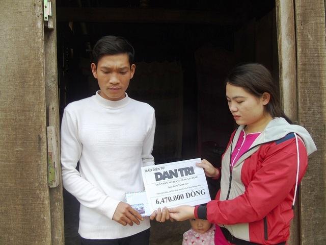 ... và trao 6.470.000 đồng đến với gia đình nạn nhân Đinh Văn Thưởng