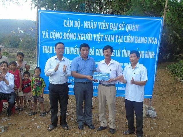 Ông Trần Phú Thuận, Phó Chủ tịch thường trực Hội người Việt Nam tại liên bang Nga trao tặng thuyền cho các địa phương. (Ảnh Đặng Tài)