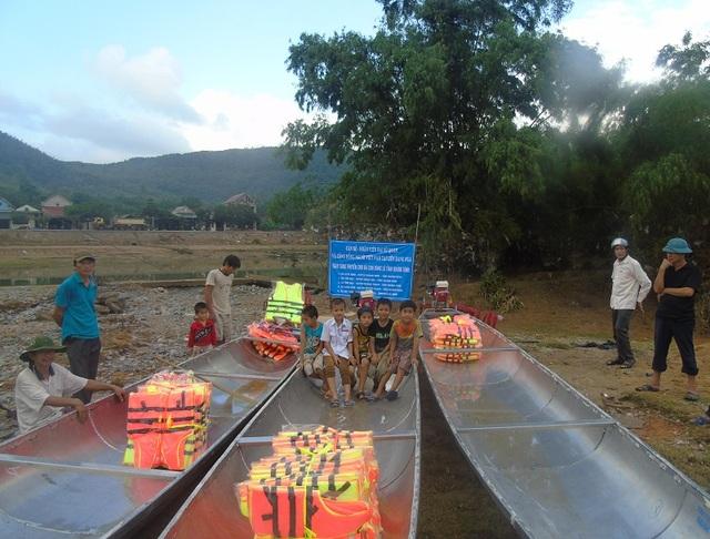 Tại Quảng Bình, đoàn đã trao tặng 5 chiếc thuyền cùng 50 áo phao với tổng trị giá 200 triệu đồng. (Ảnh Đặng Tài)
