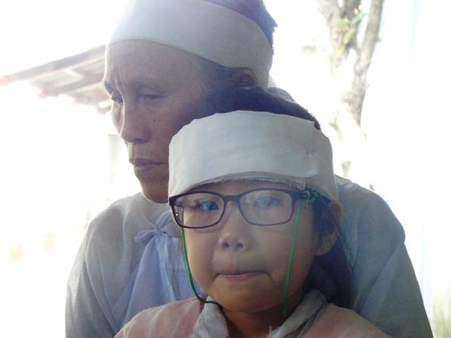 Cô bé Hoàng Thanh Vân hiện đang sống cùng ông bà ngoại tuổi cao, sức yếu