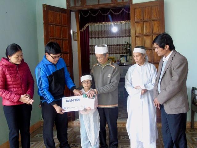 Ngày 9/12, phóng viên Dân trí cùng lãnh đạo chính quyền địa phương đã trao số tiền gần 60 triệu đồng của bạn đọc cho cháu Thanh Vân
