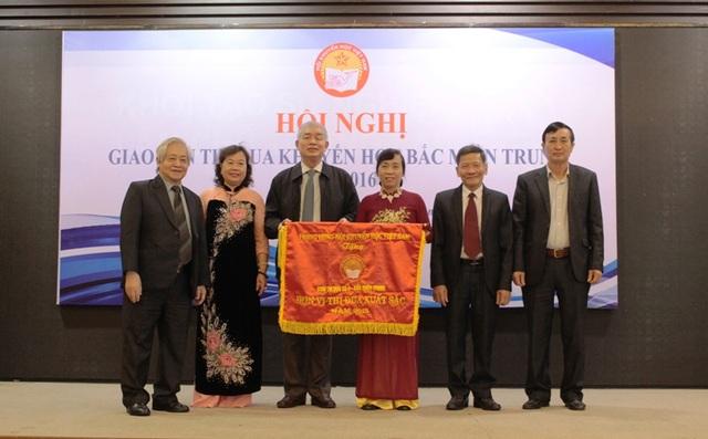 Hội Khuyến học các tỉnh Băc miền Trung đón nhận Cờ thi đua xuất sắc của Trung ương Hội Khuyến học Việt Nam. (Ảnh Tiến Thành)