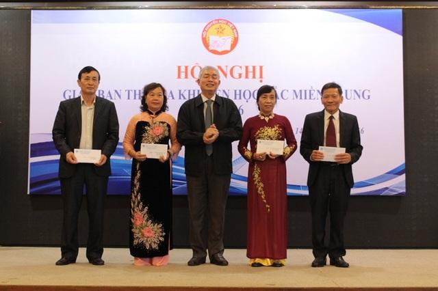 Hội Khuyến học tỉnh Thanh Hóa cũng đã trao tặng 50 triệu đồng hỗ trợ cho học sinh vùng ngập lụt các tỉnh Nghệ An, Hà Tĩnh, Quảng Bình và Quảng Trị. (Ảnh Tiến Thành)