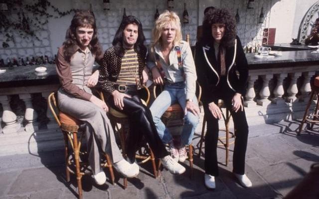 Freddie Mercury (thứ 2 từ trái sang) và ban nhạc Queen hồi năm 1976.