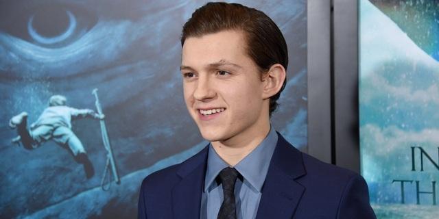 """Tom Holland sẽ là nam diễn viên thứ 3 vào vai Spider-Man trên màn bạc, sau Tobey Maguire và Andrew Garfield. Sự xuất hiện ra mắt của Tom Holland trong vai Người Nhện ở """"Captain America: Civil War"""" (2016) đã được khen ngợi là diễn xuất ấn tượng nhất từng thấy của nhân vật Người Nhện."""