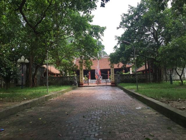 Đình Thổ Hà được bao bọc xung quanh bởi rất nhiều cây cổ thụ.