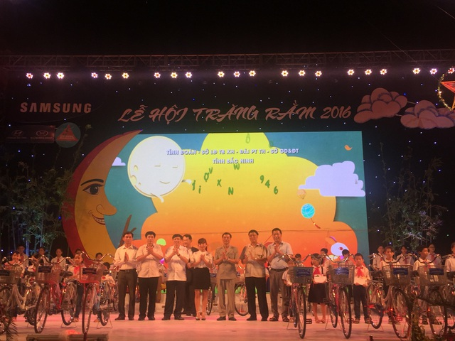 Lãnh đạo tỉnh Bắc Ninh và ban tổ chức chương trình tặng 80 xe đạp cho 80 học sinh nghèo vượt khó.