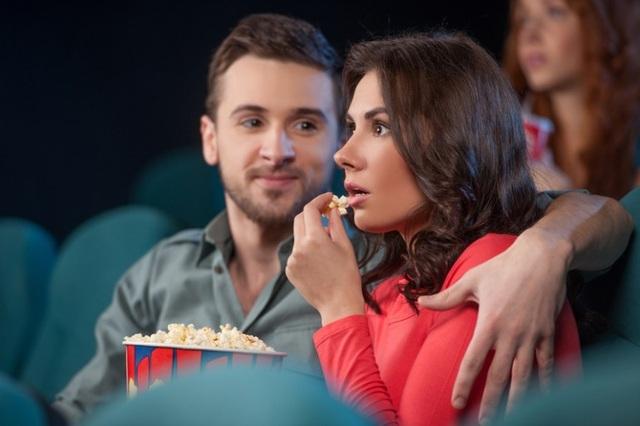Những buổi tối cùng nhau ngồi xem TV, ra rạp xem phim hoặc đọc sách sẽ giúp các cặp đôi gia tăng sự gắn kết, điều này đặc biệt phát huy tác dụng đối với những cặp đôi không có nhiều bạn chung.