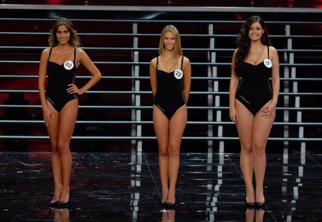 Dù tại cuộc thi, Paola (ngoài cùng, bên phải) là thí sinh được yêu mến nhất nhưng sau khi đã có được ngôi vị cao chung cuộc, cô ngay lập tức phải đối diện với những bình luận ác ý.