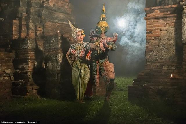 Vốn được biết đến với tên gọi vũ điệu Khon, điệu múa này đã tồn tại trong văn hóa Thái suốt nhiều thế kỷ. Nội dung của vũ điệu xoay quanh câu chuyện về chàng Phra Ram và cuộc chiến với vua quỷ Thotsakan - kẻ đã bắt cóc người vợ xinh đẹp của chàng - nàng Nang Sida.