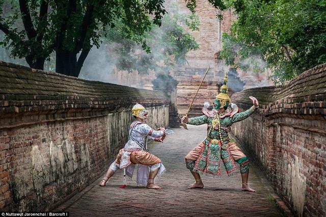 Chàng Phra Ram cùng với vua khỉ Hanuman đã chiến đấu chống lại Thotsakan để giải cứu Nang Sida.