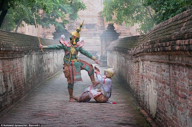 Những vũ công trình diễn vũ điệu Khon luôn mặc những trang phục sặc sỡ, thực tế, để biểu diễn được vũ điệu này họ phải dành ra vài năm học tập bởi vũ điệu này có nhiều tiêu chí khắt khe trong nghệ thuật biểu diễn.