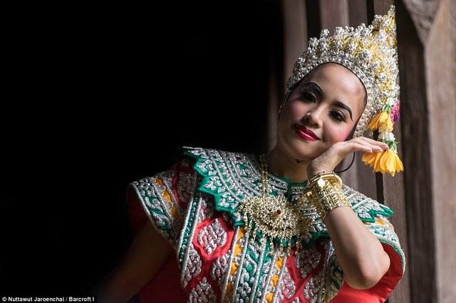 Một nữ vũ công vào vai nàng Nang Sida, vợ của chàng Phra Ram.