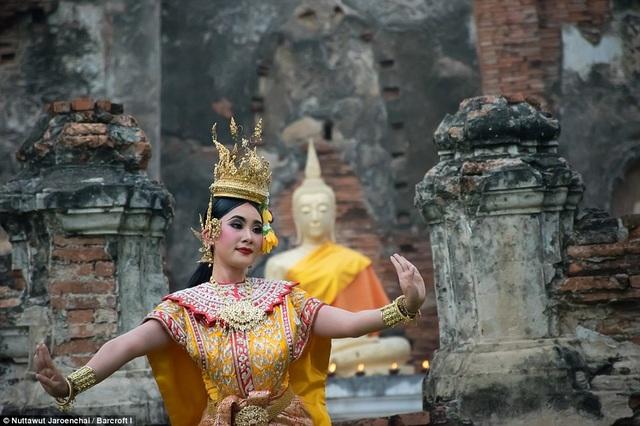 Đối với một vũ công theo đuổi điệu múa truyền thống Khon, lứa tuổi được cho là phù hợp để bắt đầu tiếp cận với vũ điệu này là năm 13 tuổi và phải tới năm 23 tuổi, một vũ công chăm chỉ học hỏi và luyện tập mới được cho là đã nắm hết những tiêu chí khắt khe của điệu vũ.