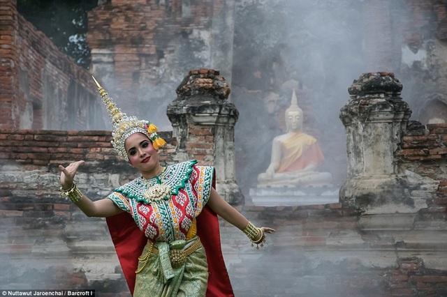 Những vũ điệu truyền thống như thế này đang ngày càng vắng bóng trên các sân khấu biểu diễn của Thái Lan.