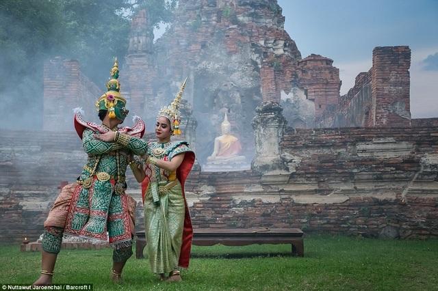 Những vũ công này đã nhận lời mời chụp hình của nhiếp ảnh gia Jaroenchai với hy vọng có thể đem lại niềm cảm hứng mới cho bộ môn nghệ thuật truyền thống này.
