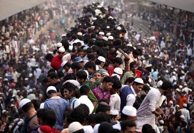 """Những chuyến tàu quá tải ở Bangladesh với các toa tàu chật cứng, hành khách thậm chí trèo cả lên nóc toa tàu để có được một chỗ trong chuyến hành trình """"hành xác""""."""