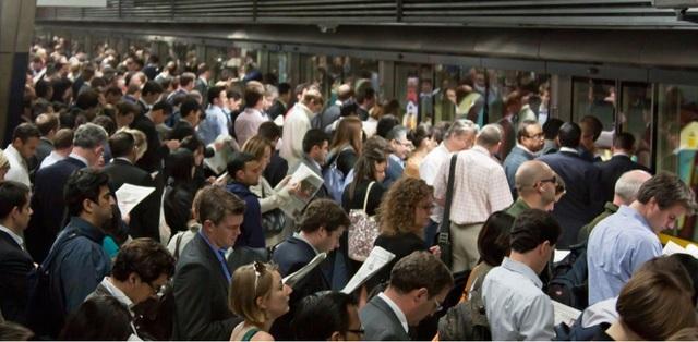 """Hệ thống giao thông ở London cũng không hề """"miễn nhiễm"""" với những sự đông đúc, nghẹt thở. Những chuyến tàu chật cứng là điều thường thấy ở nhà ga tàu điện Canary Wharf."""