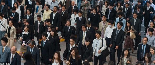 Dòng người bước đi trong một nhà ga vào giờ cao điểm buổi sáng ở trung tâm thành phố Tokyo, Nhật Bản.