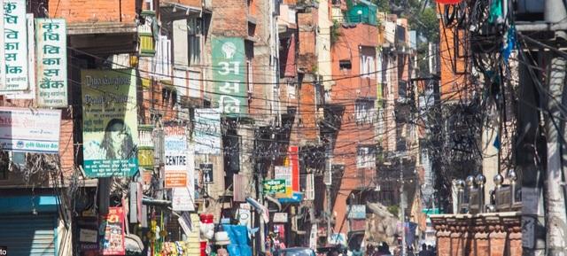 Một con phố đông đúc ở thành phố Kathmandu, Nepal. Dù bức ảnh không có bóng người, nhưng chỉ cần nhìn lên tầng không cũng đủ hình dung ra quang cảnh bên dưới, với những bó dây điện nhằng nhịt và những biển quảng cáo chen chúc, tranh nhau ánh nhìn của người qua đường.