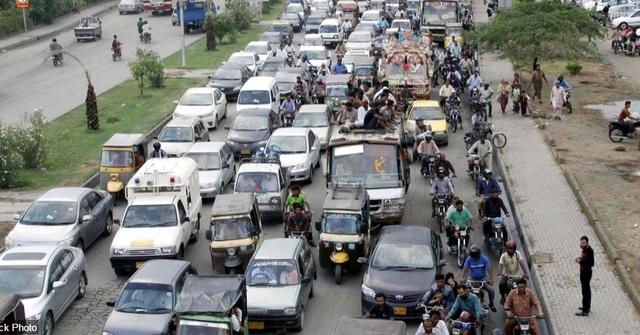 Mưa lớn xảy ra trước đó đã khiến giao thông bị tắc nghẽn ở thành phố Karachi, Pakistan.