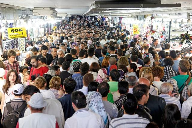 Một khu chợ quá đông đúc ở Istanbul, Thổ Nhĩ Kỳ; dòng người ngược xuôi, chen nhau trong một lối đi trong khu chợ.