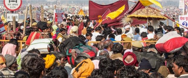 Các chốt kiểm soát của cảnh sát bị quá tải khi hàng triệu tín đồ Hindu thực hiện cuộc hành hương về thành phố Allahabad, bang Uttar, Ấn Độ.
