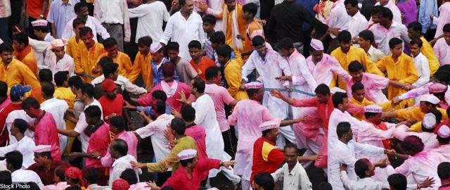 Những người tham gia lễ hội ở thành phố Mumbai, Ấn Độ đang tham gia lễ rước vị thần Ganesha trong đạo Hindu.
