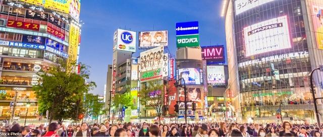 Khu Shibuya ở thành phố Tokyo, Nhật Bản, về đêm. Đây là một trong những khu đông đúc, náo nhiệt nhất của thành phố.